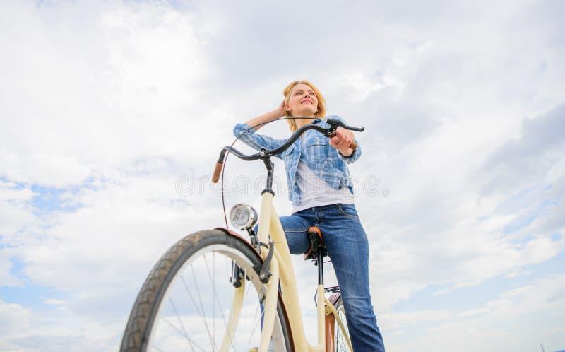 Dziewczyn przejażdżek roweru nieba tło Kobieta czynszu rower badać miasto kopii przestrzeń Rowerów sklepów pierwotnie serw do wyn obrazy royalty free
