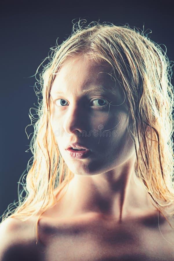 Dziewczyn spojrzenia jak albinos białego blondyn i skórę obrazy stock