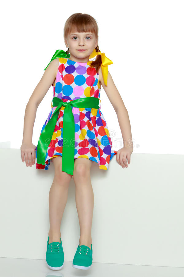 Dziewczyn spojrzenia przez białej przeszkody zdjęcia stock