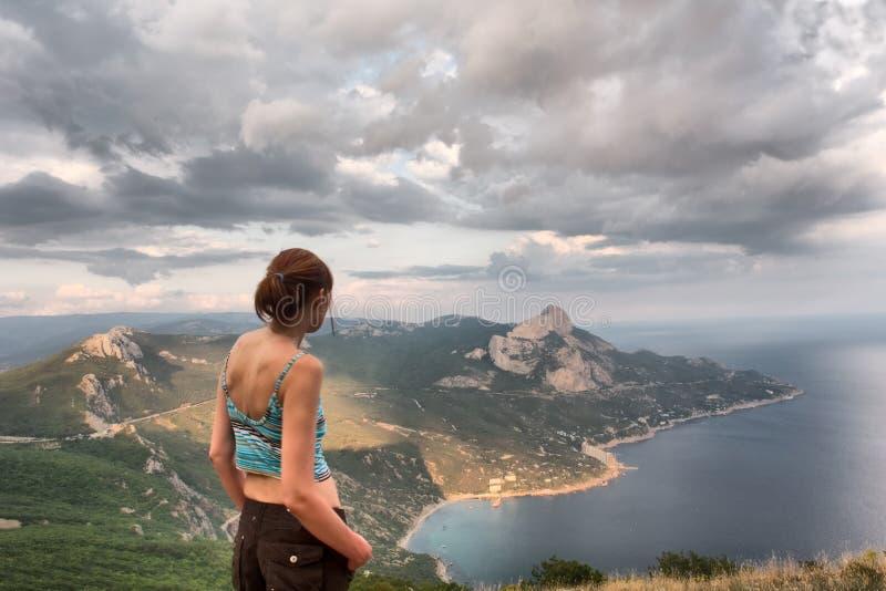 Dziewczyn spojrzenia przy majestatycznym krajobrazem fotografia royalty free