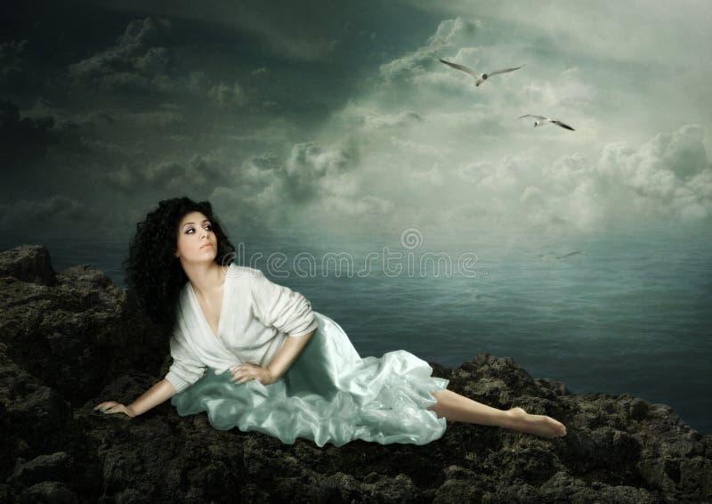 Dziewczyn spojrzenia przy seagulls obraz stock