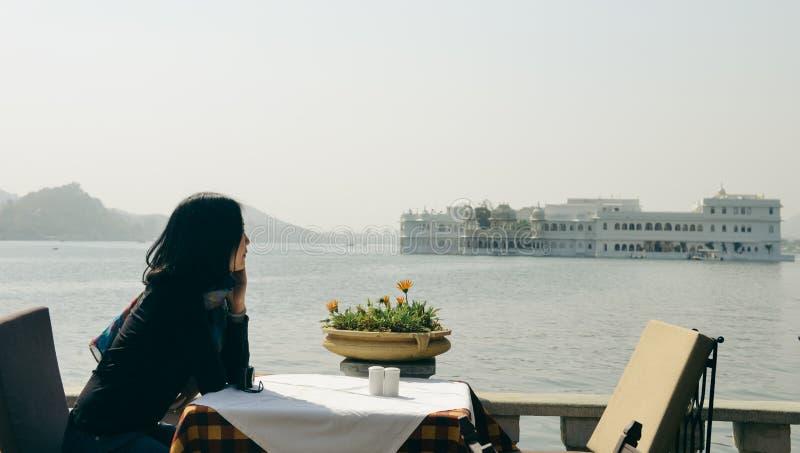 Dziewczyn spojrzenia przy Taj Jeziornym pałac przy Udaipur, India zdjęcia stock