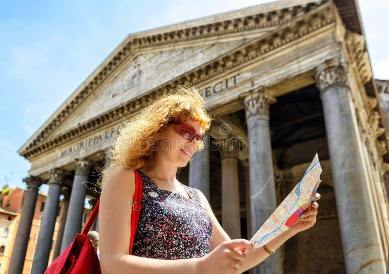 Dziewczyn spojrzenia przy turystyczną mapą przed panteonem, Rzym obraz stock