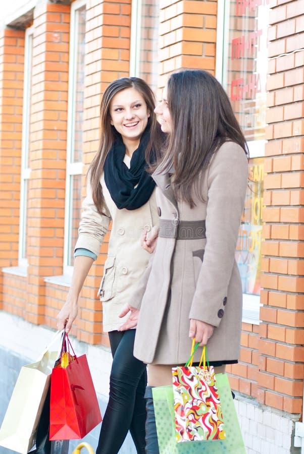dziewczyn szczęśliwe zakupy wycieczki dwa kobiety zdjęcie royalty free