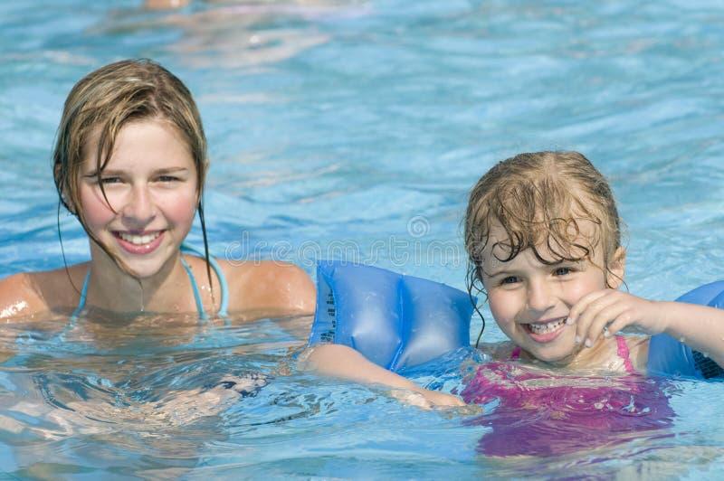 dziewczyn szczęśliwy basenu dopłynięcie zdjęcia royalty free