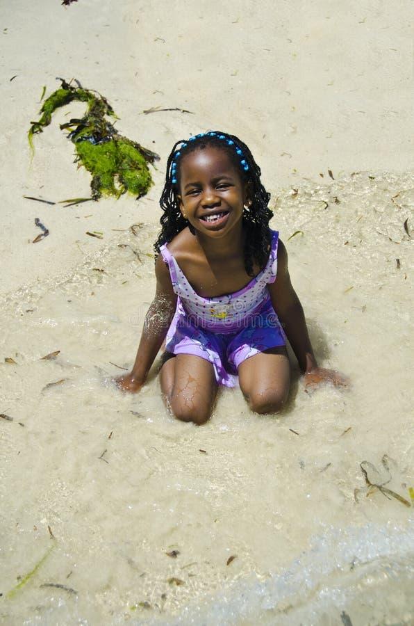 Dziewczyn sztuki przy plażą zdjęcie royalty free