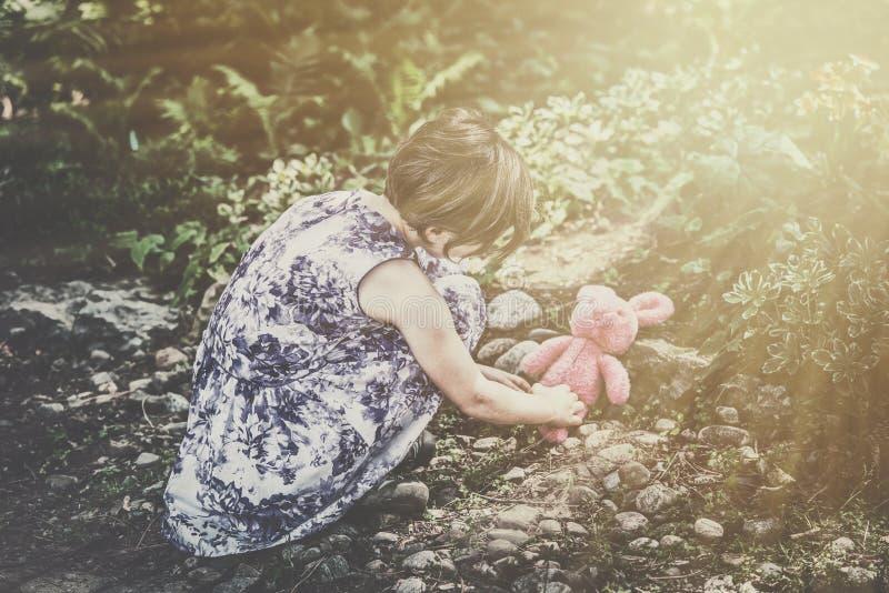 Dziewczyn sztuki z Pluszowym królika Outside - Retro fotografia stock