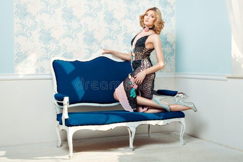 Dziewczyn trwanie kolana na leżance obrazy stock