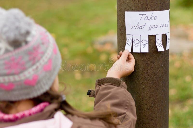 Dziewczyn utrzymania dla ręcznie pisany reklamy obraz stock