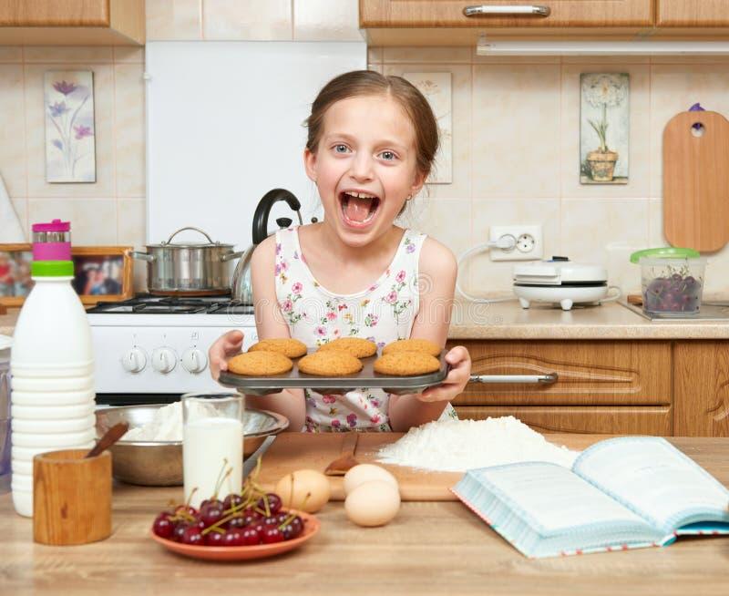Dziewczyn wypiekowi ciastka Domowy kuchenny wnętrze pojęcia zdrowe jedzenie obrazy royalty free