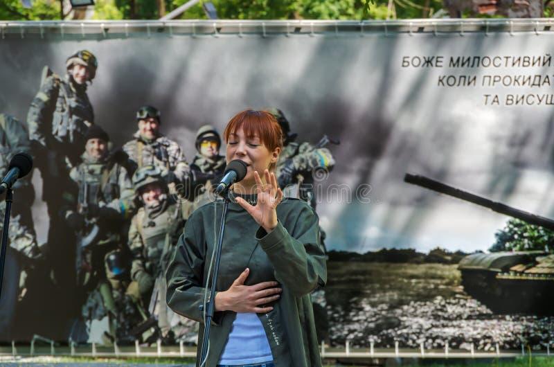 Dziewczyna śpiewa hymn Ukraina zdjęcie stock