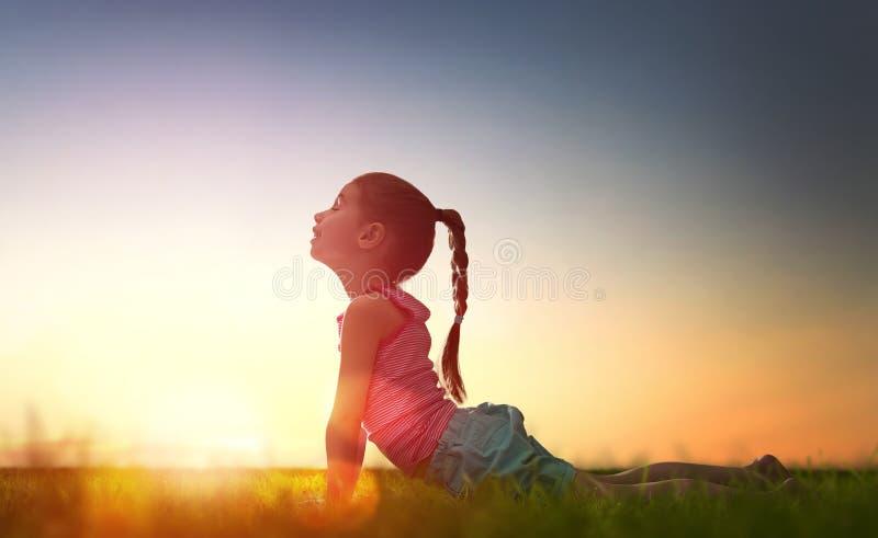 Dziewczyna ćwiczy joga obrazy royalty free