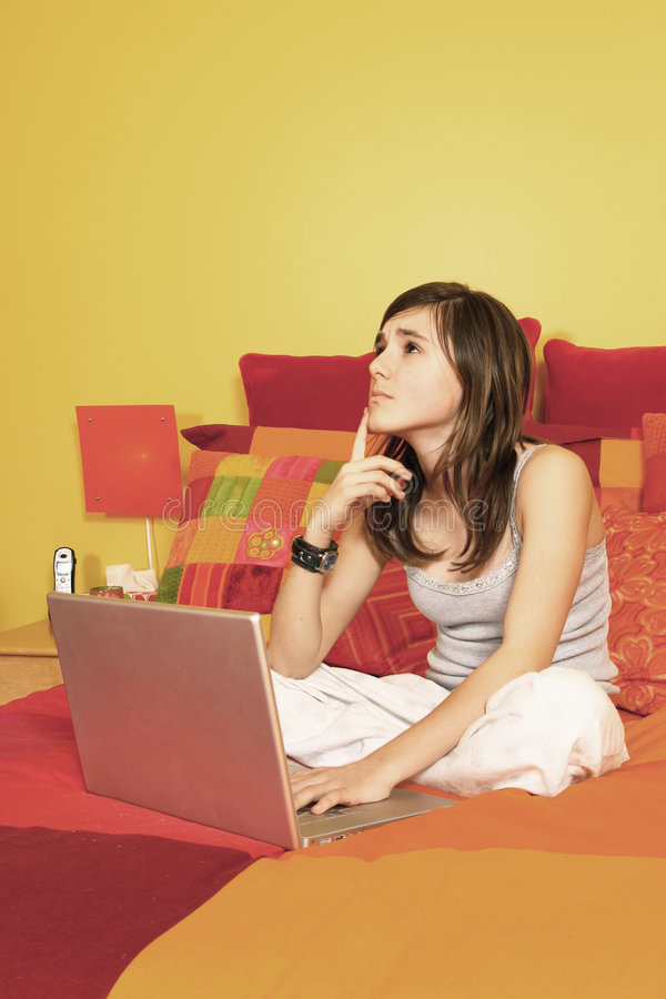 dziewczyna łóżkowy laptop fotografia stock