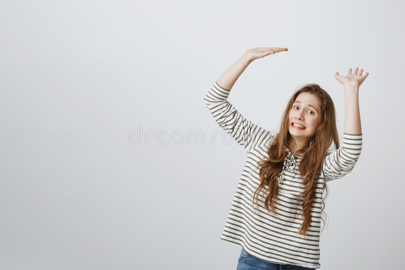 Dziewczyna ładuje z pracą i odpowiedzialnością Salowy strzał przeszkadzać europejskie kobieta modela dźwigania palmy tak jakby ni obrazy stock