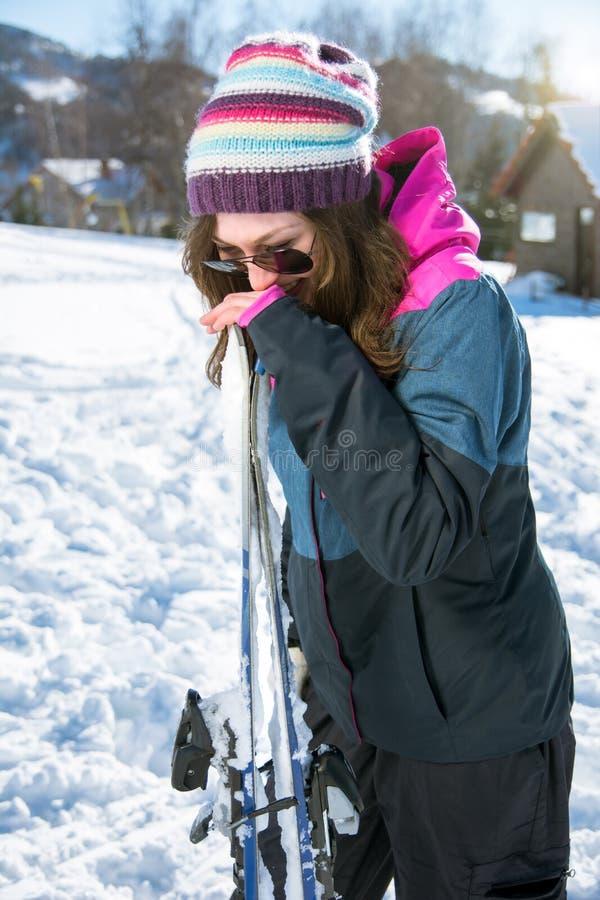 Dziewczyna śmia się pary narty i trzyma obraz royalty free