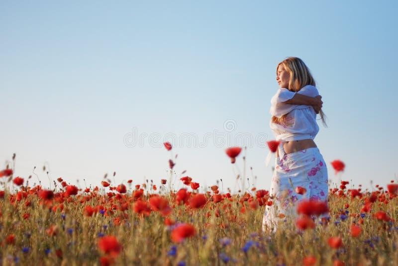 dziewczyna śródpolny maczek zdjęcie stock