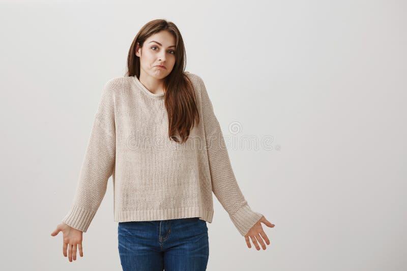 Dziewczyna żadny pomysł dokąd przyjaciel znikał Portret piękna caucasian brunetki dziewczyna wzrusza ramionami z rozszerzanie się obraz royalty free