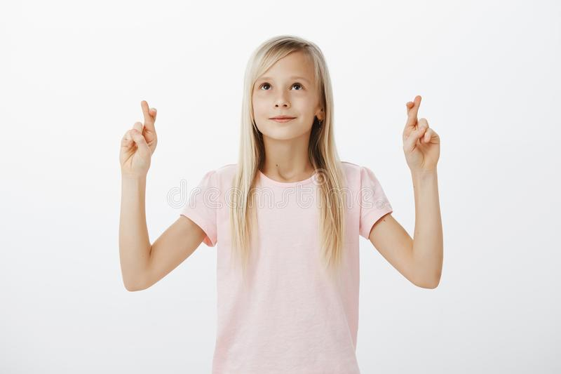 Dziewczyna życzy Wielkanocnego królika przynosi jej teraźniejszość Portret szczęśliwy śliczny młody żeński dziecko z pięknym blon zdjęcie stock