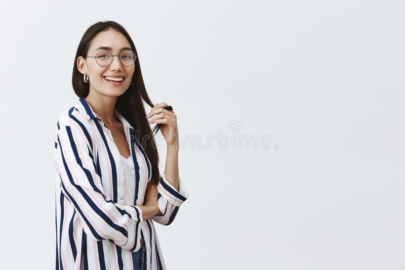 Dziewczyna ahieved everything z swój siłą Portret beztroska, szczęśliwa atrakcyjna kobieta w i zdjęcie stock