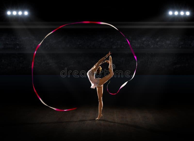 Dziewczyna angażująca sztuka gimnastyczna przy sport sala obrazy stock
