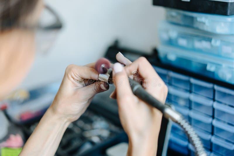 Dziewczyna angażuje w biżuteria biznesie zdjęcie stock