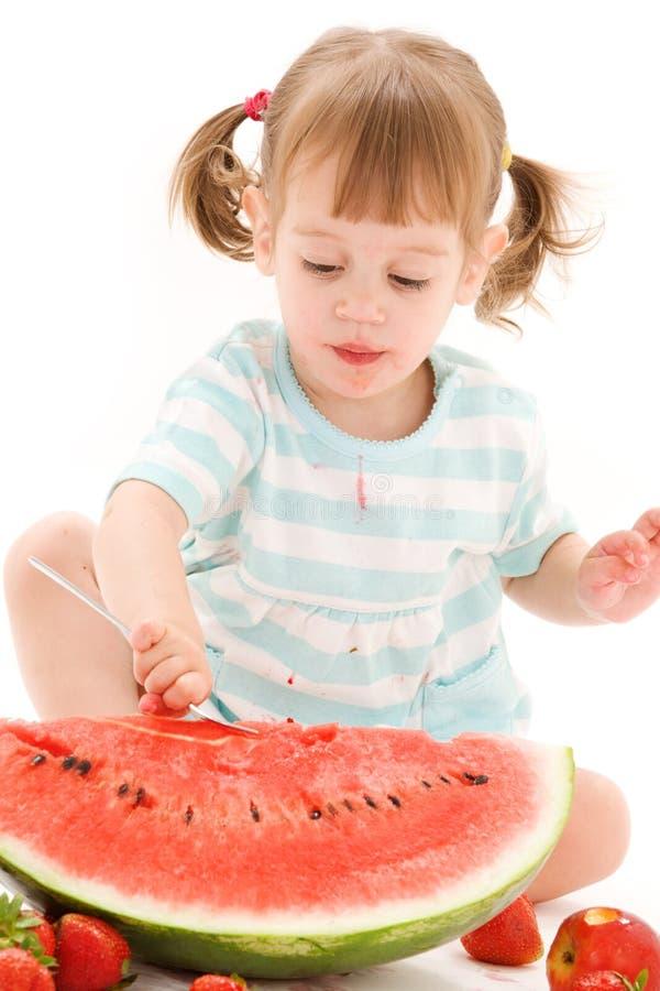 dziewczyna arbuz mały truskawkowy zdjęcia stock