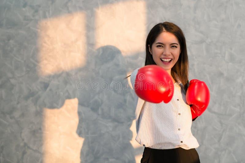 Dziewczyna Azjatycki biznesmen jest ubranym bokserskich rękawiczek ręki czerwonego displayin obrazy royalty free