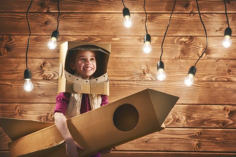 Dziewczyna bawić się astronauta zdjęcia royalty free