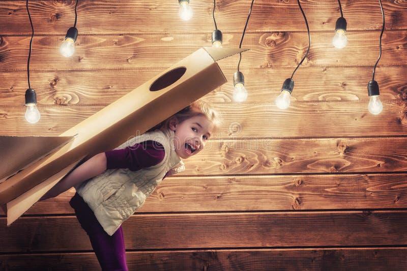 Dziewczyna bawić się astronauta obrazy stock