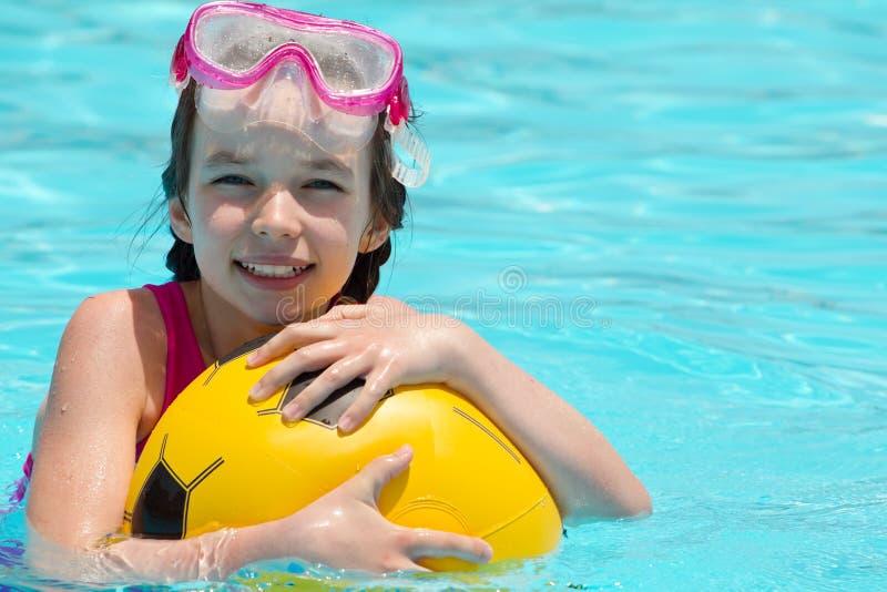 dziewczyna bawić się basenów potomstwa zdjęcie royalty free