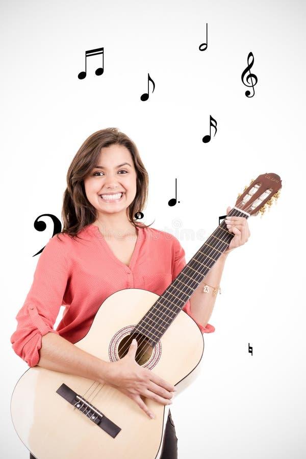 Dziewczyna bawić się gitarę z muzykalnymi notatkami obraz royalty free