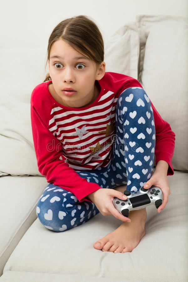 Dziewczyna Bawić się gra wideo obrazy stock
