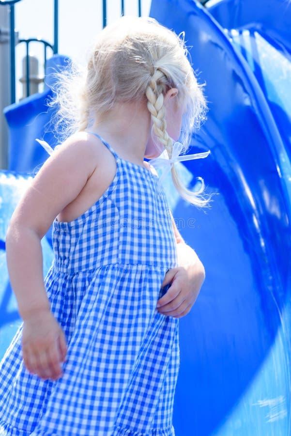 Dziewczyna bawić się na obruszeniu na boisku obrazy stock