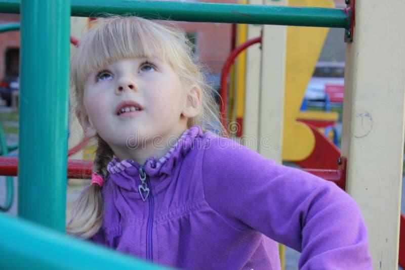 Dziewczyna bawić się outdoors 18577 zdjęcia stock