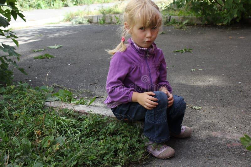 Dziewczyna bawić się outdoors 18562 obraz royalty free