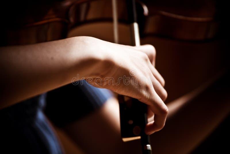 dziewczyna bawić się skrzypce zdjęcia stock
