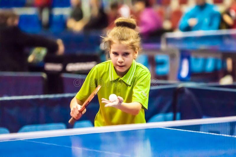 Dziewczyna bawić się stołowego tenisa, obraz royalty free