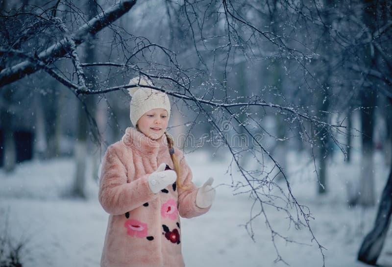 Dziewczyna bawić się w śnieżnym parku obrazy royalty free