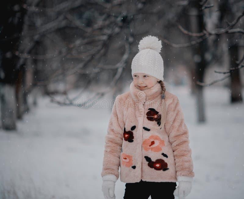 Dziewczyna bawić się w śnieżnym parku zdjęcia stock