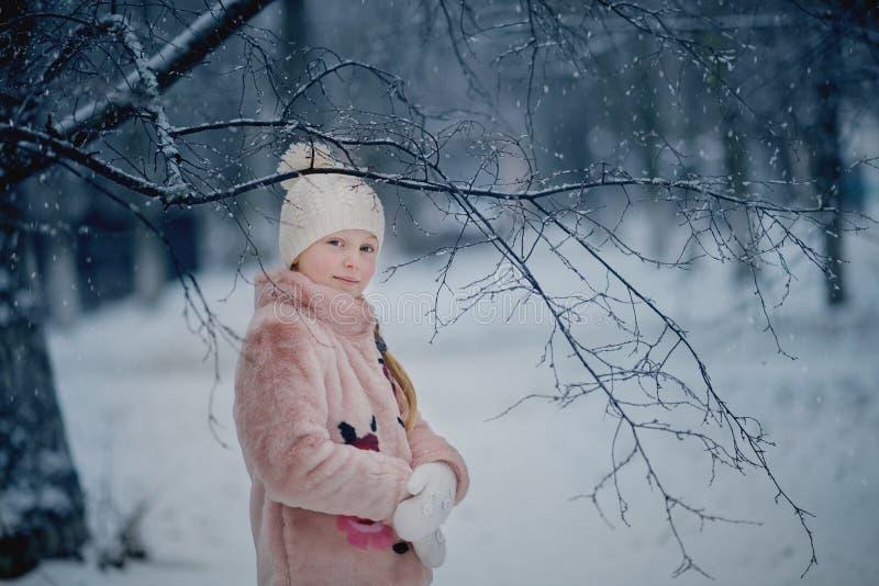 Dziewczyna bawić się w śnieżnym parku obrazy stock