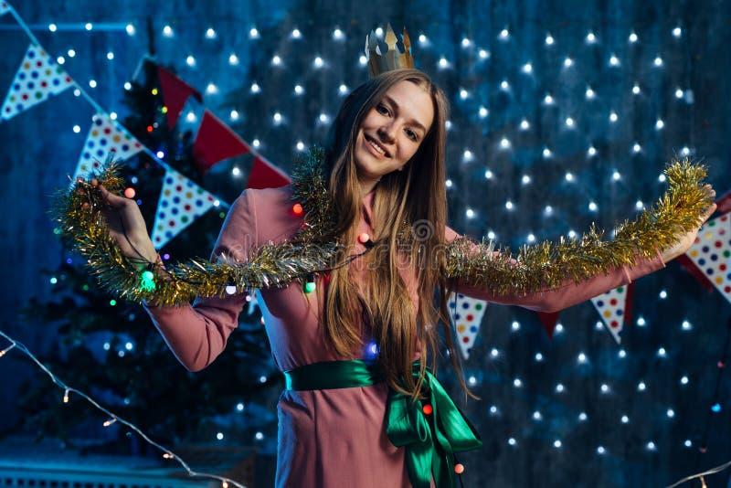 Dziewczyna bawić się z świecidełek bożych narodzeń nowym rokiem fotografia royalty free