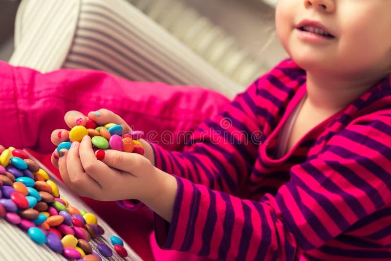 Dziewczyna bawić się z cukierkami obrazy royalty free