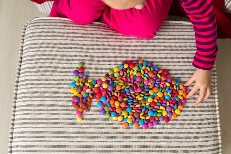 Dziewczyna bawić się z cukierkami zdjęcie royalty free