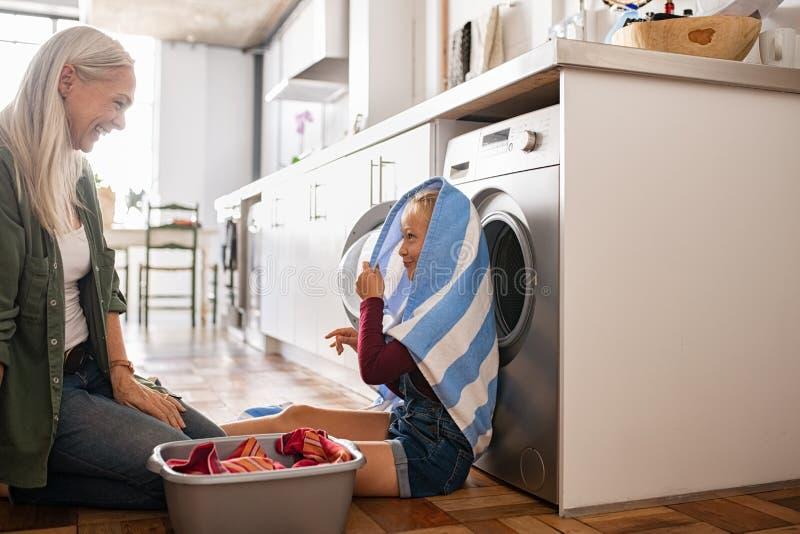 Dziewczyna bawić się z pralnią odziewa zdjęcia royalty free