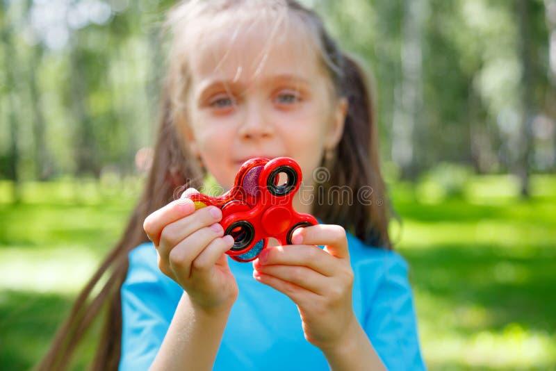 Dziewczyna bawić się z wiercipięta kądziołkiem obrazy stock