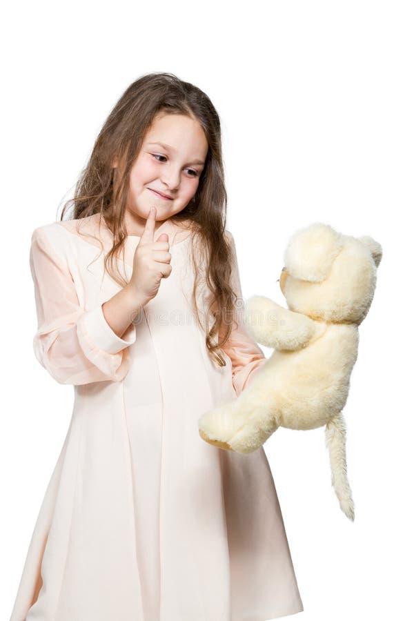 Dziewczyna bawić się z zabawkarskim misiem fotografia royalty free