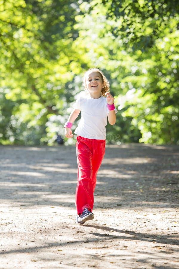 dziewczyna bieg mały parkowy obraz royalty free