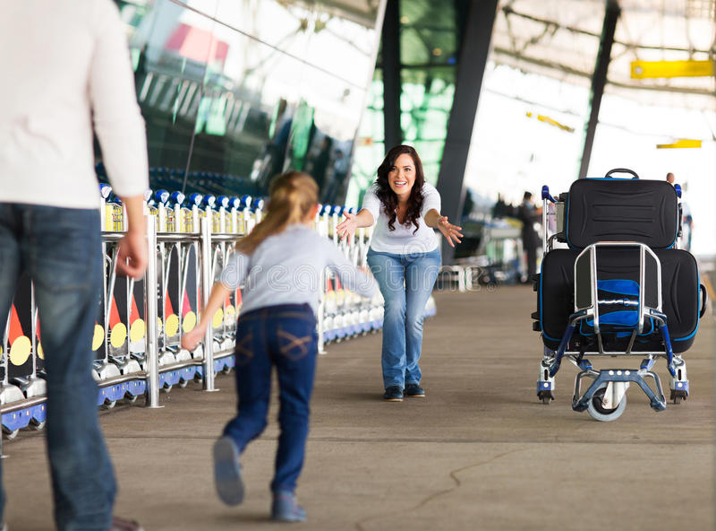 Dziewczyna bieg matkować lotnisko obrazy stock