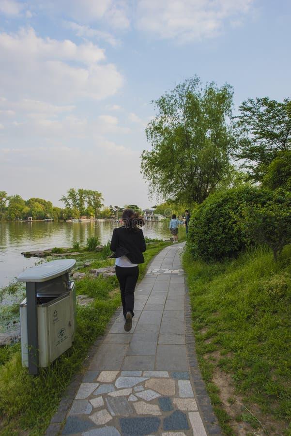 Dziewczyna bieg wzdłuż jeziora zdjęcie stock