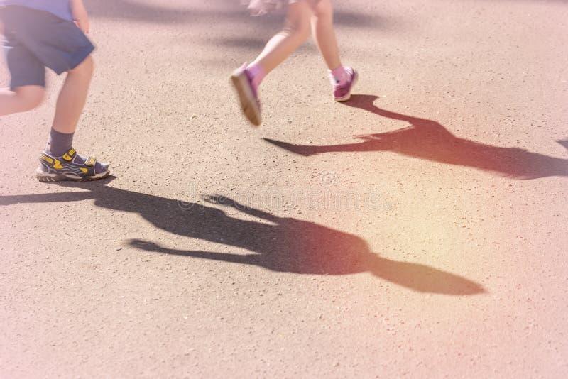 Dziewczyna biega zdala od chłopiec zdjęcia royalty free